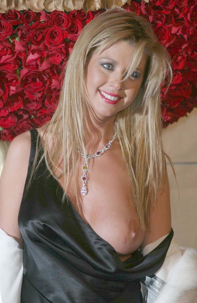 tara reid sein breast 24 tara reid pose sur le: https://e-jul.com/assets/2002-2005/Tara-Reid-Nipplegate/source/tara...